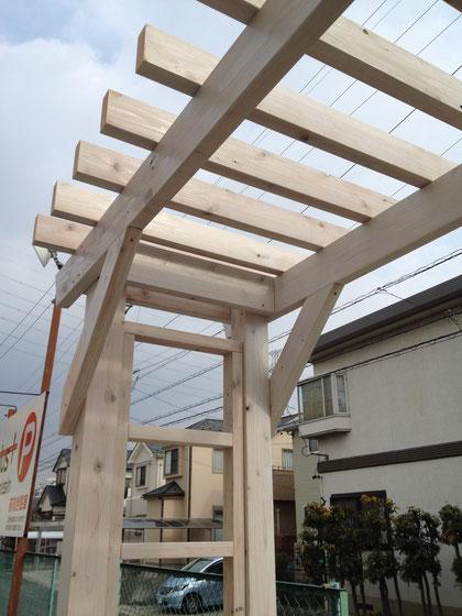 日進市で作った天然木製のパーゴラ 構造物があると素敵に見えますよね!