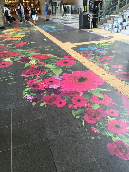 床に張られた花の絵。黒い床が一面華やかに!期間限定かもしれませんが、面白い試みですね!