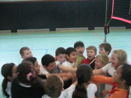 Schülerinnen und Schüler der 3c stimmen sich auf das Volleyball-Pausenligaspiel ein