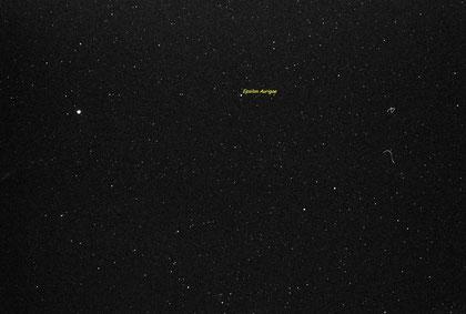 Campo della stella variabile Eps Aur . Posa di 30 sec su pellicola Kodak TRIX  400. Teleobiettivo da 200 mm a f/5.6. La stella luminosa sulla sinistra è Capella.