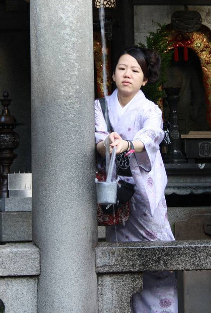 Otowa-No-Taki  : d'abord, recueillir l'eau sacrée