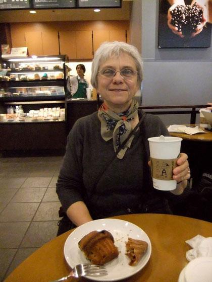 """Cet """"americano"""" very tall... et ce muffin aux myrtilles me redonnent le sourire (béat en l'occurence ! Avec un air de Kappa de plus en plus marqué ^_~)"""