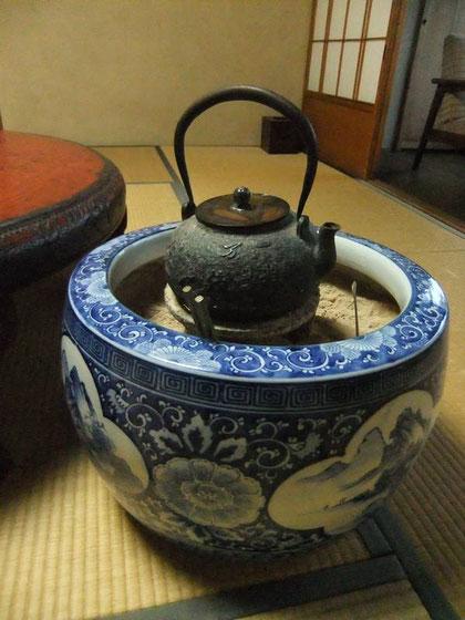 brasero de chambre : il fait chauffer l'eau du thé... et chauffe la chambre