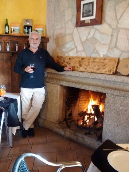 Con una copa de vino.......en la mano. F. Merche.