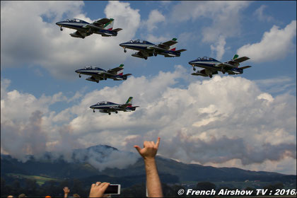 """Les Frecce Tricolori (en français """"Les flèches tricolores"""") sont la patrouille acrobatique officielle de l'armée de l'air italienne. Créée en 1960, elle est constituée de neuf avions et d'un solo. C'e"""