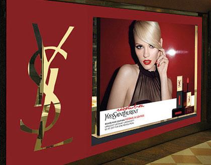 Displaymöbel: Digitaldruck, glänzend schutzlaminiert, WS-Korpus 200/200/5 cm. Sockel aus Holz, beklebt mit hochwertigen Farbfolien.     Foliendrucke für Schaufensterbeklebungen, konturgeschnitten.