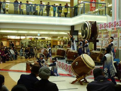 オープニングは、子供太鼓で、曲名は「暁(あかつき)」です!