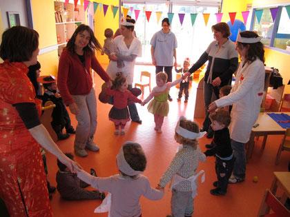 Les enfants de la crèche et du RAMP fêtent carnavall ensemble