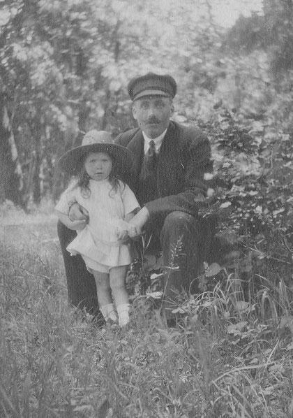 Jeanne avec son père Joseph Plassart instituteur à Plourin , décédé en 1923