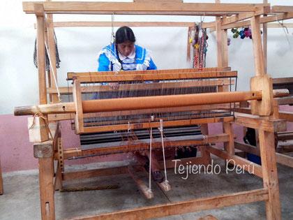 Manta tejida en telar por artesanos de Andahuaylas, Apurimac