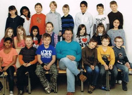 Die Klasse 4b mit ihrem Klassenlehrer Herr Aschenbrücker