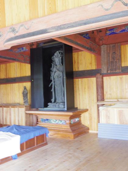 観音堂には重忠公の等身大の千手観音が安置されている。