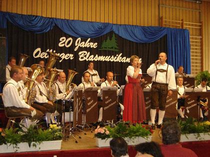 Die fidelen Münchhäuser mit Dirigent Andreas Germann u. Sängerin Christina