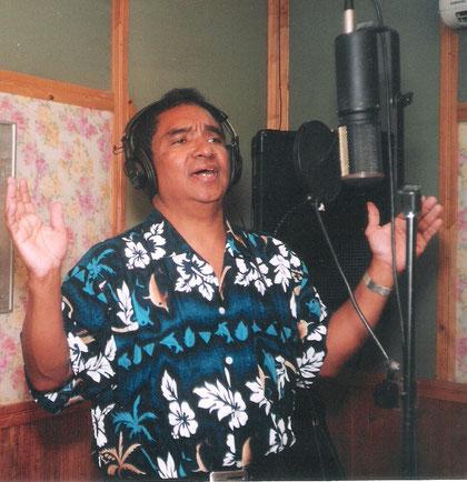 Canta Armando Hernández