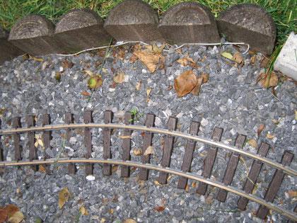 Strecke mit Holzpfällen als Abgrenzung zum Rasen