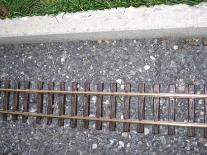 Strecke  mit Steinplatten als Abgrenzung zum Rasen