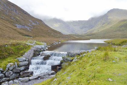 Coomloughra湖の取水施設。超小規模な「ダム」です。