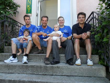 Vizemeister TKC Birmensdorf Eagles von links nach rechts: Serge Endrizzi (mit Sohn Nils), Remo Steiger, John Appenzeller (mit Sohn Lucien) und Michael Nyffenegger