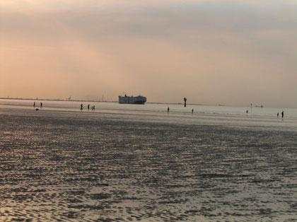 Ein Schiff fährt Richtung Hamburg