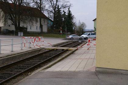 Das Bahngleis nach Burglengenfeld beginnt ganz in der Nähe des Banhofsgebäudes und führt an dessen Rückseite vorbei.