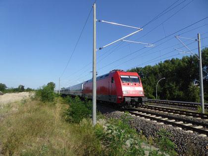 elektrifizierte Bahnlinie angrenzend an ein Grundstück