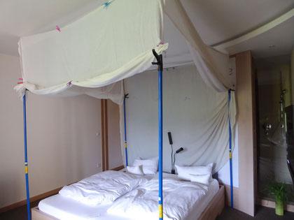 Schlafplatz mit testweise allseitig installiertem Abschirmtextil Swiss Shield Naturell