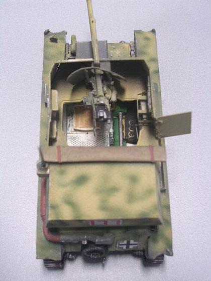 Innenraum mit Bereitschaftsmunition und Funkgerät, deutlich die Kardanwelle die vom hinteren Motodeck nach vorne zum Getriebe führt