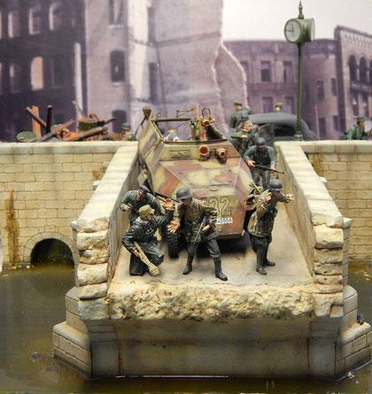 Die Uniformvielfalt der letzten Kriegstage zeigt, daß die Fluchtgruppe sich aus unterschiedlichen Truppenteilen zusammensetzt.