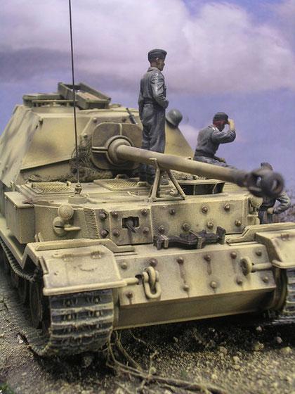 Hier sind deutlich die vernietete Zusatzpanzerung das nachträglich eingebaute Bug-MG sichtbar.