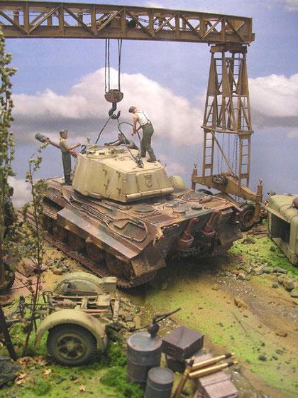 Für die Reparatur sind Munition und Sprit warten aus dem Panzer entfernt worden.