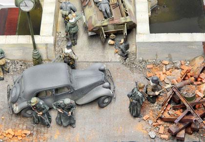 Trümmer, Eisenträger, alte Fässer-alles dient als Straßensperre.