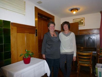 Helene Boss gibt ihr Amt als Aktuarin an Beatrice Geser weiter.