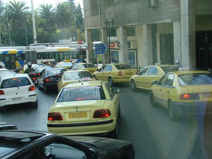 durch Athens Verkehrsgewühl ...