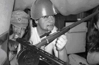 El cabo Viktor y el soldado Petrov cazando la cena (las pelusas de debajo de la cama) desde el fuerte