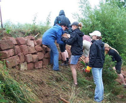 Bau einer Trockenmauer mit Teilnehmern des FÖJ (Foto: W. Kern)