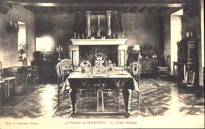 """Une partie du salon du Prieuré. On remarque que la table a changé de pièce. Parquet """"Versailles""""."""