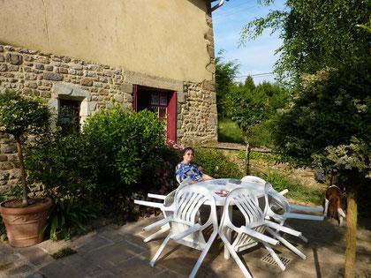 La terrasse est parfaite aussi pour diner au frais et surtout au calme. A deux pas l'enclos parroissial de La Baussaine et celui des Iffs (très beaux vitraux).