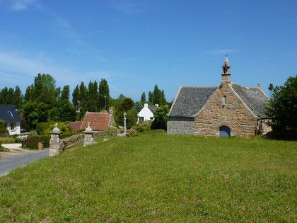 La même petite chapelle aujourd'hui mais le calvaire a disparu remplacé par un autre qui n'a rien à voir. Placée sous le double patronage de saint Gorgon et de saint Dorothée, la chapelle dite de Saint-Golgon est un édifice du 16ème siècle.