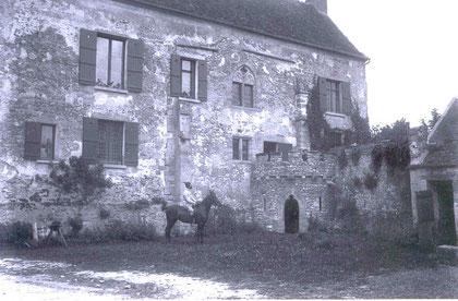 Georges Auguste Dethan devant le prieuré de Chérence qu'il a fait reconstruire.
