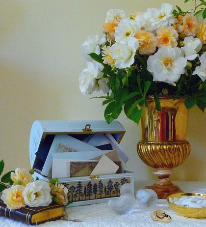 Lors de la réception le coffret reçoit avec élégance les petites enveloppes destinées à recevoir voeux et participations.