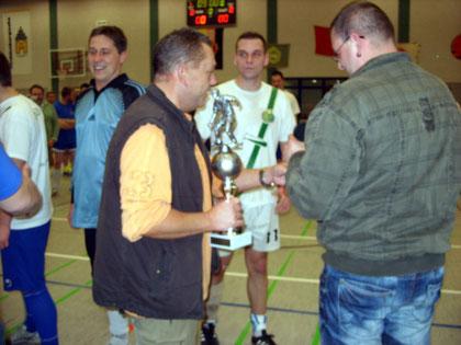 Sponsor Matthias Städter überreicht den FDGB-Pokal an Buna Schkopau