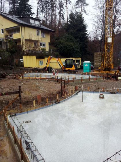 """Schritt für Schritt kommt der Bautrupp voran, kurz vor Weihnachten 2012 werden die beiden """"Flügel"""" des neuen Eingangsgebäudes  laaaangsam sichtbar."""
