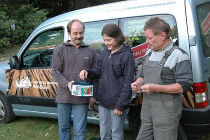 Der Freundeskreis, hier vertreten durch den ersten Vorsitzenden Ralf Volk (Foto links) unterstützte den Zoo zum Beispiel auch durch die Finanzierung der aufmerksamkeitsstarken Werbebeschriftung des Zoo-Fahrzeugs