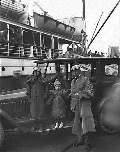 Рауль Амудсен с чукотскими девушками на набережной. Сиэтл 1921 г.