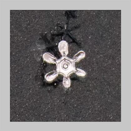 ein sehr kleiner Kristall