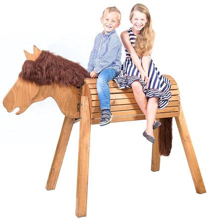 """Das Wildkinder Holzpferd """"Dakota"""", welches einem echten Wildpferd ähnelt und als Testsieger mit ausführlichem Produkt-/Testbericht auf dieser Seite vorgestellt wird."""