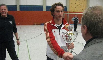 Jens Hansen als Spielführer übernahm den Pokal