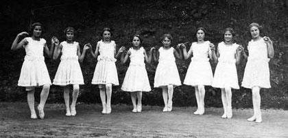 v.l.n.r. Schmidt Burgl (Sündermann), Amon Ida (Schwarzkogler), Schatzl Hilda (Seebacher), Trummer Mitz (Bures), Leimer Mitz (Gasperl), Kalss Marianne (Feldhammer), Kraft Elsa (Neumann), Stöckl Martha (Schraml)