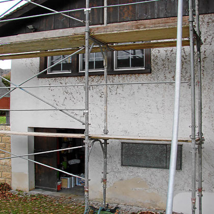 Durch Rankpflanzen beschädigte Hausfassade
