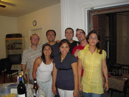 海外留学初年度の英会話教室で出会った仲間たち。写真はホームパーティでの1枚。僕は後列の左から2番目。今と全然違う~
